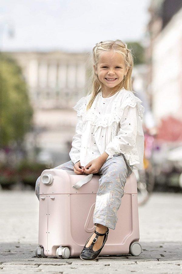 Kleine Reizigers Webshop | JetKids by Stokke RideBox | Kinderkoffer en vliegtuigbedje met matras roze